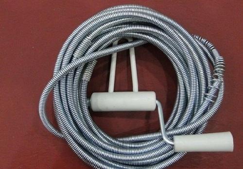 dùng dây thông bồn cầu lò xo